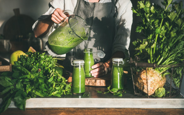 Frischer Grüner Smoothie aus Kräutern