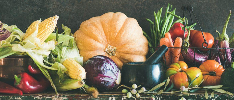 Komposition aus buntem Herbstgemüse